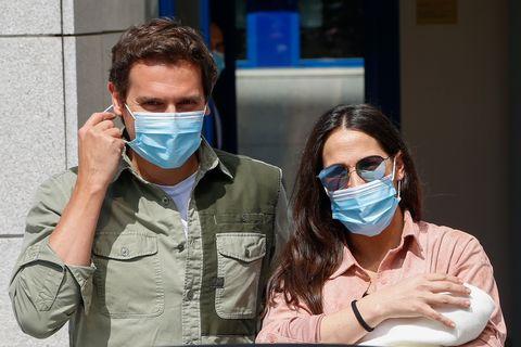 malú y albert rivera con su bebé saliendo del hospital