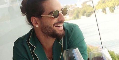 Maluma con gafas de sol y collar de ojo turco
