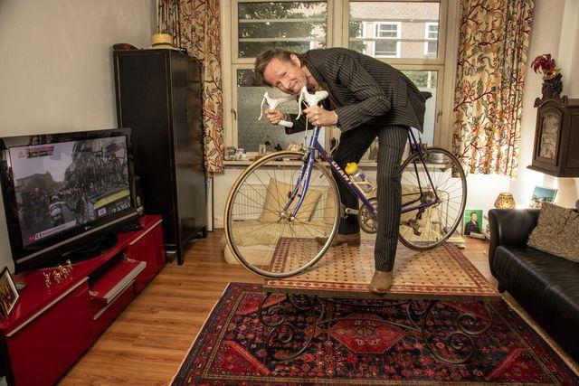 michael abspoel van man bijt hond is fietsliefhebber