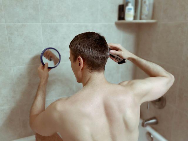 hombre cortándose el pelo en casa