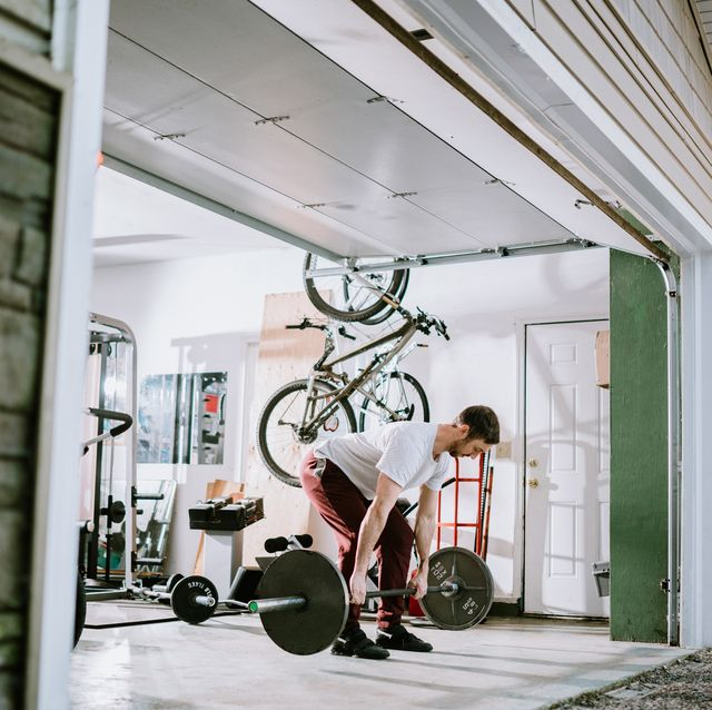 hombre gimnasio garaje