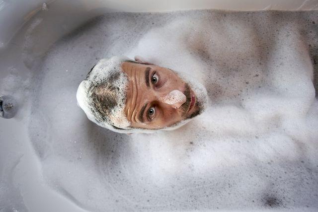 hombre en la bañera