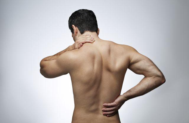 hombre de espaldas que sufre un gran dolor