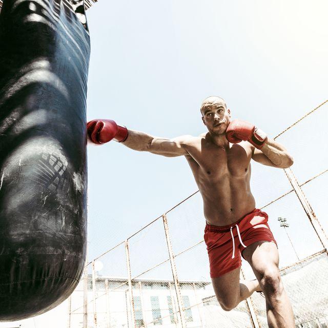 man buiten aan het boksen