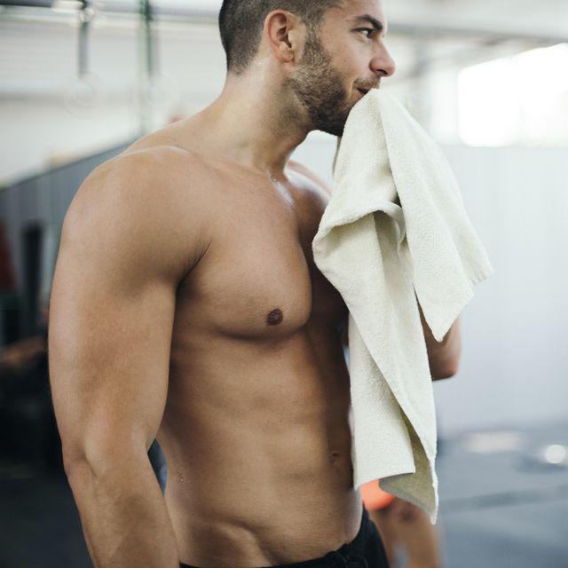 hombre con toalla antibacteriana