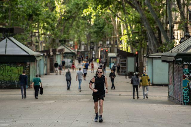 una mujer corre en la calle durante la pandemia de coronavirus