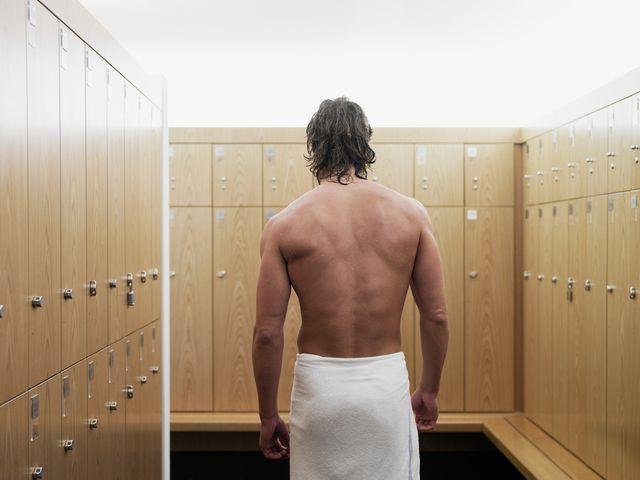 hombre desnudo en el vestuario del gimnasio