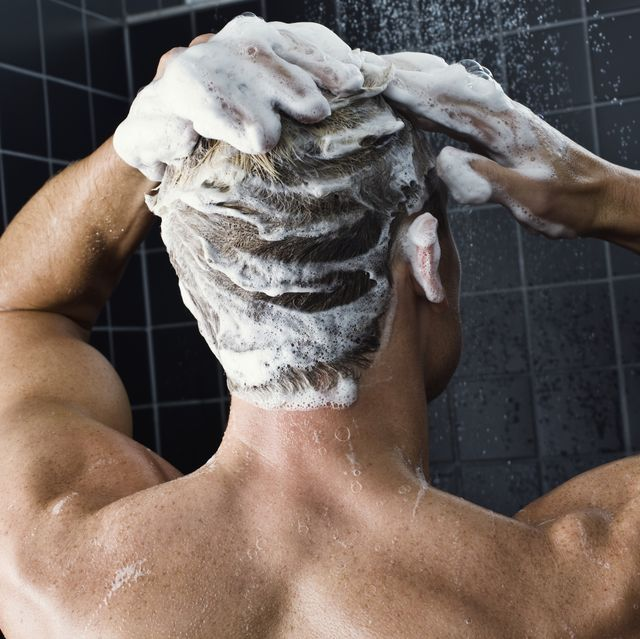 hombre con pelo graso lavándose con champú