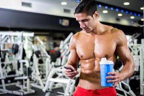 chico en el gimnasio tomando un suplemento proteico