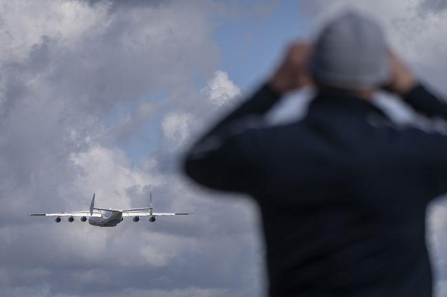O avião Antonov-225 Mriya pousou no Aeroporto Internacional de Varsóvia Chopin em 14 de abril de 2020, carregado com equipamento médico para ajudar a combater o coronavírus.