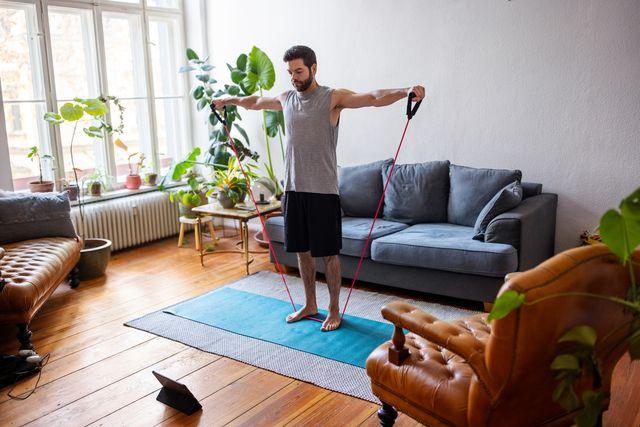 hombre haciendo ejercicio descalzo