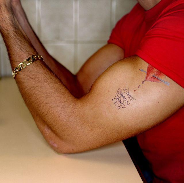 hombre con tatuaje pequeño
