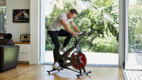 hombre bicicleta estática con netflix