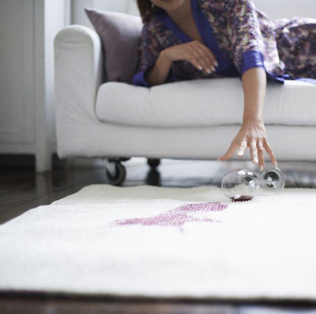 Mancha de vino tinto en alfombra blanca