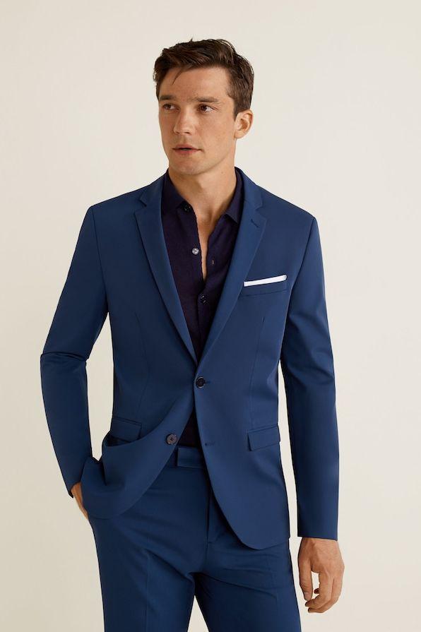 traje azul con camiseta o polo