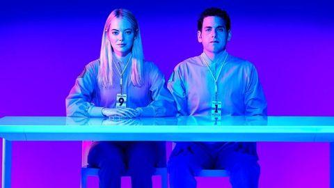 emma stone y jonah hill sentados en una mesa en la serie maniac