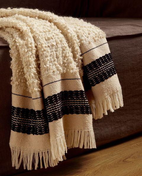 Manta de lana en hilo buclé y franja a contraste
