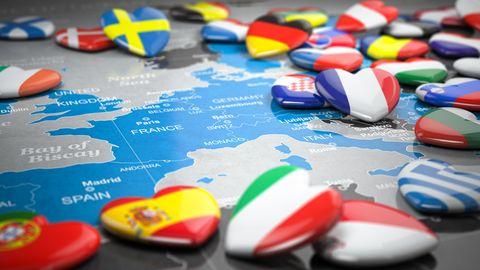kaart van europa met hartjes met europese vlaggen