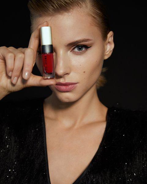 El labial Luxe Liquid Lip (tono Starlet Scarlet), de Bobbi Brown. Encuéntralo en el bolso de su colaboración con Uterqüe.