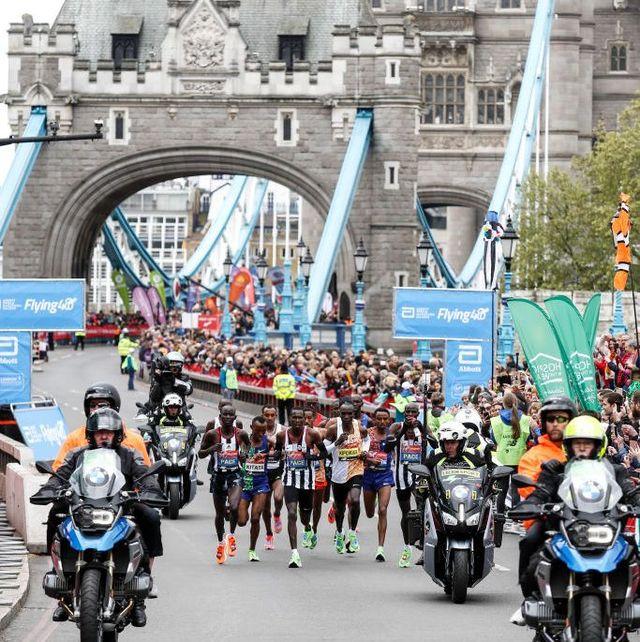 los corredores de élite, con eliud kipchoge a la cabeza, en el maratón de londres