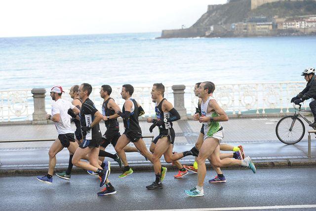 corredores en la carrera popular zúrich maratón san sebastián