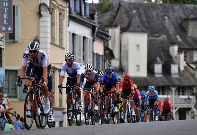 hirschi lidera el grupo de corredores del tour de francia por delante de egan bernal