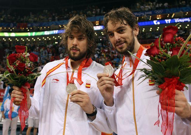 marc y pau gasol muestran su medalla de plata en pekín 2008