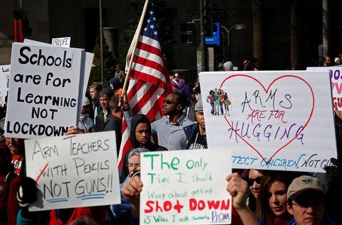 La marcia contro l'uso delle armi e le stragi nelle scuole negli Stati Uniti