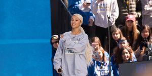 Ariana Grande sul palco per protestare contro le armi