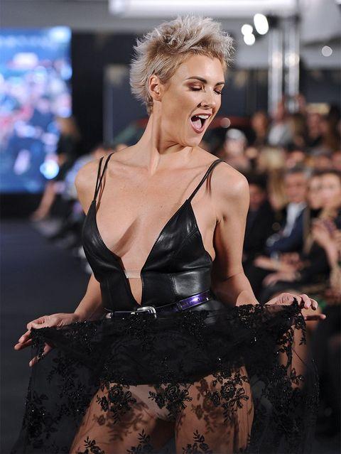 Aída Nízar Cuela Sus Tetas Al Aire En La Pasarela De Moda De La Razón