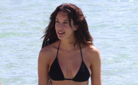 maría pedraza pasea por las playas de ibiza en bikini