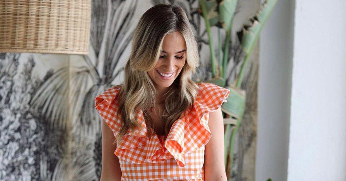 María Pombo nos ha hecho caso y ya tiene el vestido corto camisero de cuadros de Uterqüe que nos fascina