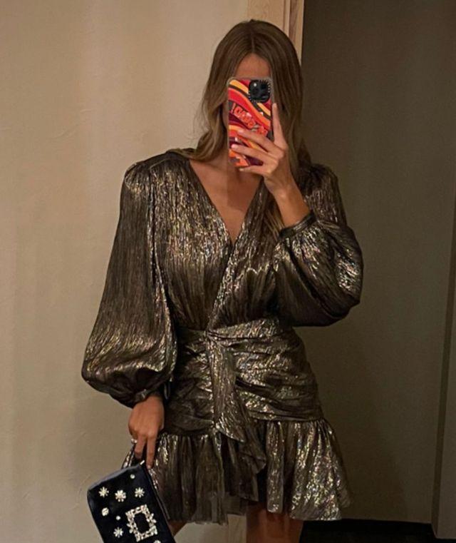 maría pombo luce un vestido metalizado lurex de invitada de otoño del outlet de la marca española pedro del hierro