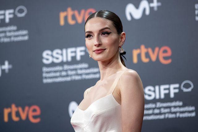 maría valverde con un vestido de pedro del hierro bicolor cut out en la 69 edición del festival de cine internacional de san sebastián