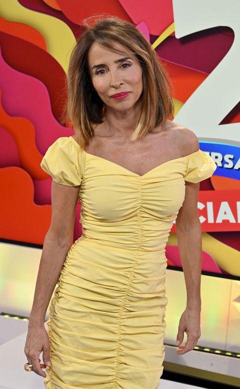 la colaboradora de sálvame posa con un vestido amarillo