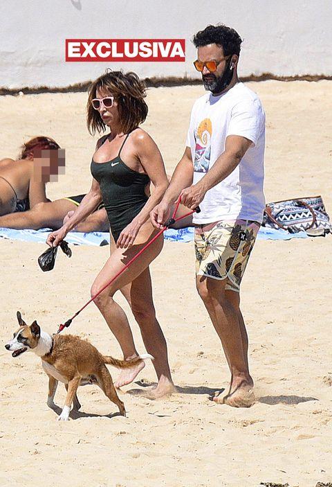 maría patiño disfruta de las playas de fuerteventura con su marido ricardo y su perro beige