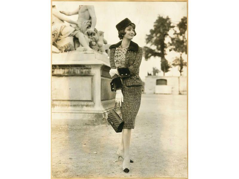 Marie-Hélène Arnaud indossa un completo dalla collezione Haute Couture Autunno Inverno 1959/1960 e la borsa Chanel 2.55.