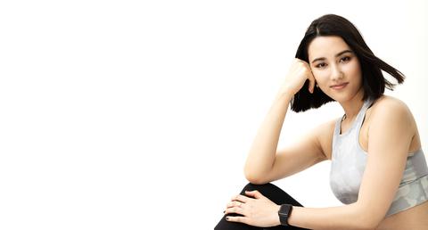 Skin, Beauty, Arm, Chin, Sitting, Leg, Black hair, Photography, Model, Elbow,