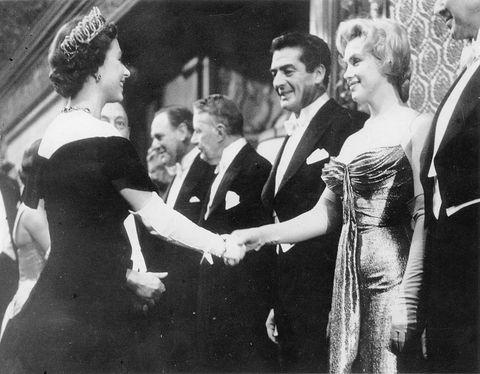Marilyn Monroe mit Königin Elizabeth II. von England