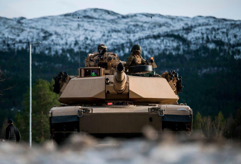 Um tanque M1 Abrams durante um exercício da OTAN em 2018. O M1 Abrams segue muitos dos mesmos conceitos do projeto em que o T-34 revolucionou durante a Segunda Guerra Mundial.