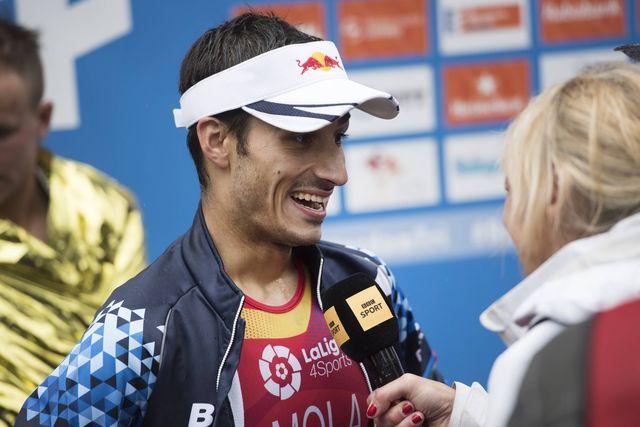 el triatleta español mario mola contesta a una entrevista