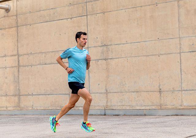 el triatleta español mario mola corriendo con asics