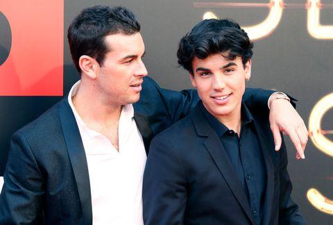 mario y Óscar casas posan en un evento en madrid en el año 2019
