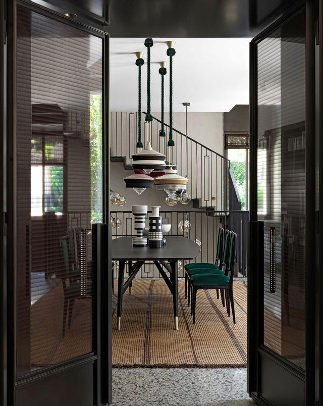 una casa en milán sofisticada y elegante donde se ha combinado mármol verde con terrazo italiano