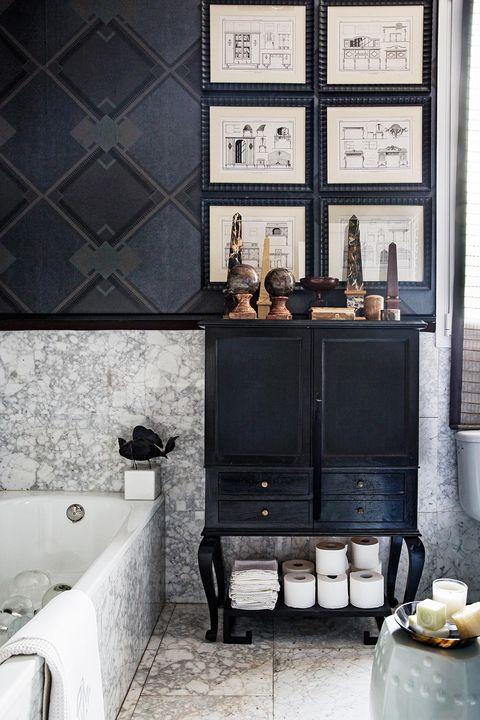 baño revestido con mármol de carrara y papel pintado en tonos negros