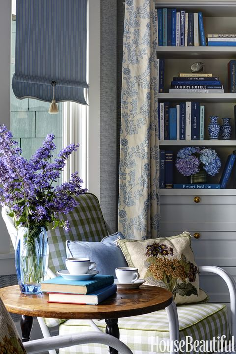 Blues and yellows warm up this couple 39 s michigan vacation home take a look at this northern for Michigan design center home tour