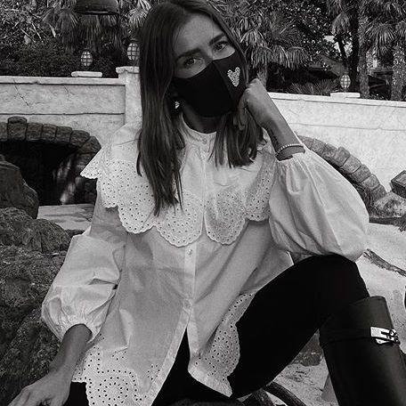 marta carriedo con una blusa romántico con bordado ingles de hm