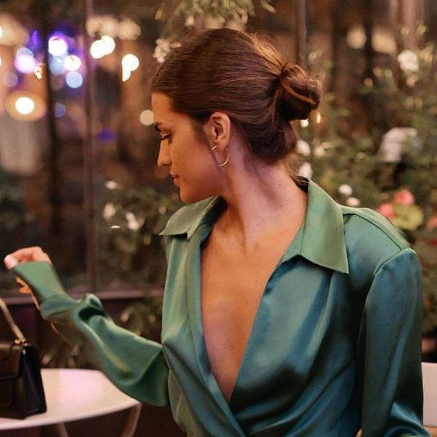 marta lozano con vestido camisero verde de zara
