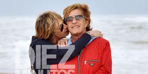 Chelo García Cortés y su mujer Marta derrochan amor en la playa
