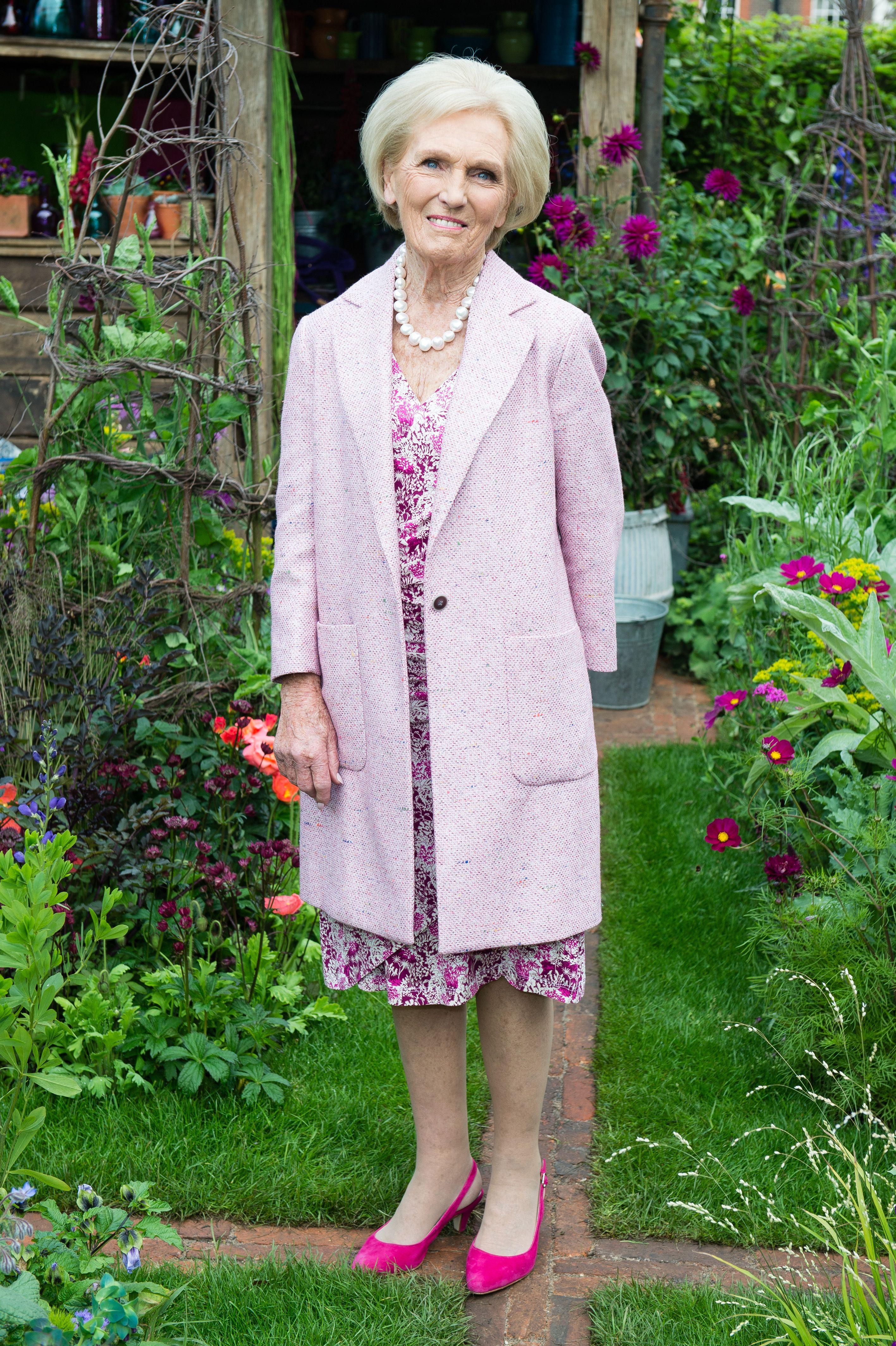 Rhs Chelsea Flower Show 2018 Mary Berry Jennifer Saunders Nick